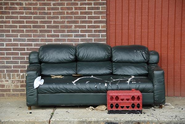 Фото выброшенного дивана, который можно было бы недорого восстановить